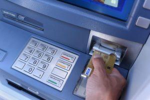 Banque en ligne et néo banque mobile distributeur-automatique-de-billets
